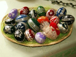 1280px-Easter_eggs_-_straw_decoration